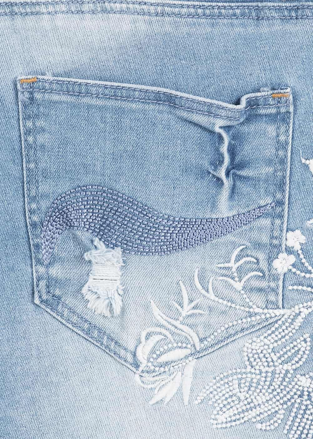 7f56ca6dbbb564 Aiki Damen Jeans Short 5-Pockets Blumen Patch Fransen hell blau ...